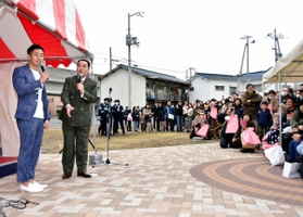 ミルクボーイを目当てに多くの観客が詰めかけたイベント=12日午前、姫路市城東町