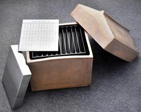 452人の名前が記されたステンレス製の銘板。コンクリートの箱に収納されている(芦屋市提供、画像の一部を加工しています)