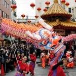 南京町広場で披露された龍舞=19日午後、神戸市中央区元町通1(撮影?中西幸大)