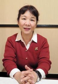 教員間の暴行・暴言問題について話す武田さち子さん=東京都内
