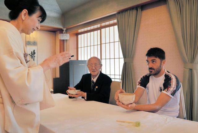 ビジャ、茶道体験でリフレッシュ 正座やお点前に挑戦「奥深さに触れられた」