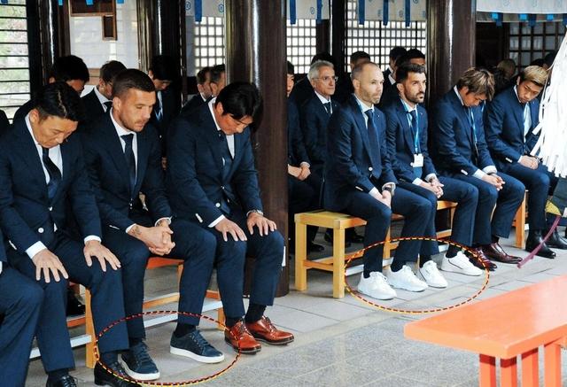 <スーツにスニーカーはマナー違反?>公式行事のイニエスタらに違和感!確かに革靴がマナーのような気がするが…