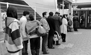 時間の経過とともに公衆電話の列が伸びた=1995年1月17日、三田市駅前町(武本俊文さん提供)