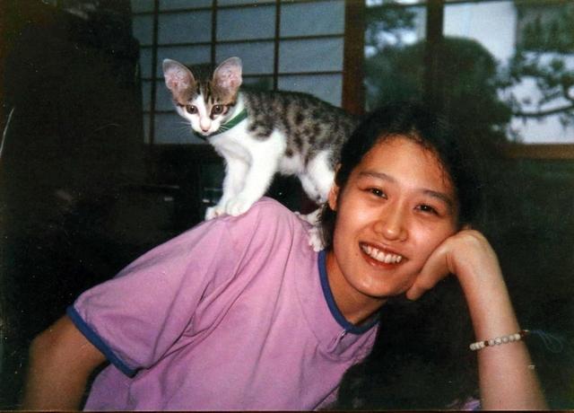 飼い猫と一緒に、リラックスした表情をみせる村田恵子さん
